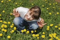 Muchacha en el prado imagenes de archivo