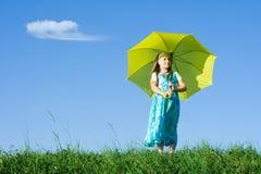 Muchacha en el prado con el paraguas Fotografía de archivo