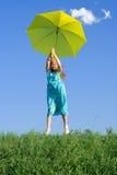 Muchacha en el prado con el paraguas Imagenes de archivo