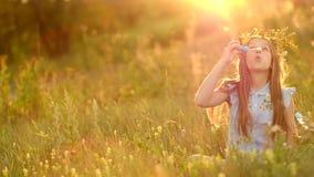 Muchacha en el prado del verano metrajes