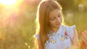 Muchacha en el prado del verano almacen de metraje de vídeo