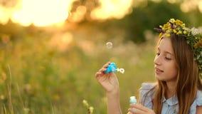 Muchacha en el prado del verano