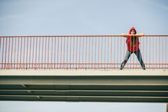Muchacha en el puente en ciudad Fotografía de archivo