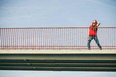 Muchacha en el puente en ciudad Imágenes de archivo libres de regalías