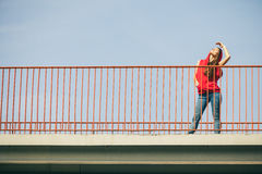 Muchacha en el puente en ciudad Imagen de archivo