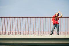 Muchacha en el puente en ciudad Fotos de archivo libres de regalías