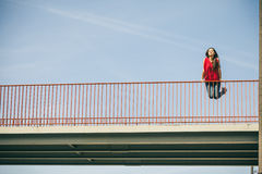 Muchacha en el puente en ciudad Imagenes de archivo