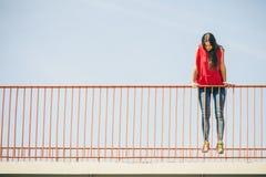 Muchacha en el puente en ciudad Foto de archivo