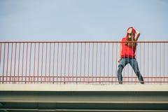 Muchacha en el puente en ciudad Fotografía de archivo libre de regalías