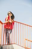 Muchacha en el puente en ciudad Imagen de archivo libre de regalías