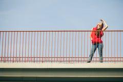 Muchacha en el puente en ciudad Foto de archivo libre de regalías