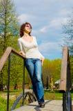 Muchacha en el puente en parque Fotografía de archivo
