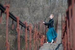 Muchacha en el puente sobre el río Foto de archivo