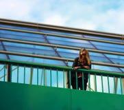 Muchacha en el puente y mirada del río Imagen de archivo libre de regalías