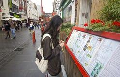 Muchacha en el restaurante chino Foto de archivo