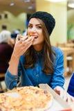 Muchacha en el restaurante de la pizza Fotografía de archivo libre de regalías
