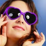 Muchacha en el retrato violeta de las gafas de sol Imágenes de archivo libres de regalías
