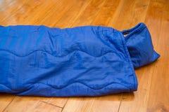 Muchacha en el saco de dormir para acampar fotos de archivo