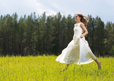 Muchacha en el salto blanco del vestido Fotografía de archivo libre de regalías