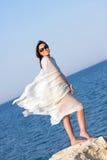 Muchacha en el sarong blanco que se coloca en la playa Fotos de archivo libres de regalías
