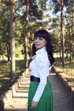 Muchacha en el sendero en el bosque del pino Foto de archivo libre de regalías