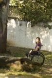 Muchacha en el sillón de ruedas - vertical Imagen de archivo