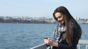 Muchacha en el SMS de la escritura de la playa almacen de video