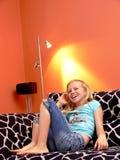 Muchacha en el sofá manchado Foto de archivo