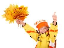 Muchacha en el sombrero anaranjado del otoño, pulgar del grupo de la hoja para arriba. Fotografía de archivo