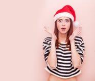 Muchacha en el sombrero de Papá Noel Fotografía de archivo libre de regalías