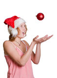 Muchacha en el sombrero de Santa con la bola roja fotos de archivo libres de regalías