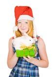 Muchacha en el sombrero de santa con los conejos Fotos de archivo libres de regalías