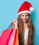 Muchacha en el sombrero de Santas con los panieres Imagen de archivo