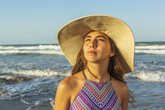 Muchacha en el sombrero del verano de la playa de la playa que lleva Fotografía de archivo libre de regalías