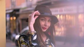Muchacha en el sombrero en la calle almacen de metraje de vídeo