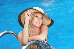 Muchacha en el sombrero en la piscina Imágenes de archivo libres de regalías