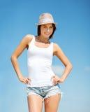 Muchacha en el sombrero que se coloca en la playa Foto de archivo libre de regalías