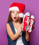 Muchacha en el sombrero rojo de Santas con los gumshoes Imagen de archivo libre de regalías