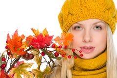 Muchacha en el sombrero y la bufanda que sostienen el ramo del otoño Imágenes de archivo libres de regalías