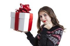Muchacha en el suéter que sostiene las cajas de regalo Foto de archivo libre de regalías