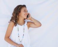 Muchacha en el teléfono celular. Imagen de archivo