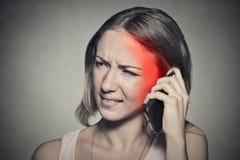 Muchacha en el teléfono con dolor de cabeza Fotos de archivo libres de regalías