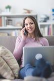 Muchacha en el teléfono en casa Imágenes de archivo libres de regalías