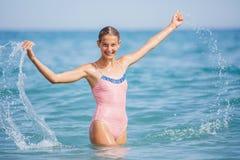 Muchacha en el traje de baño que se divierte en la playa tropical Imágenes de archivo libres de regalías