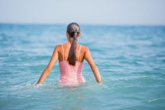 Muchacha en el traje de baño que se divierte en la playa tropical Imagen de archivo libre de regalías