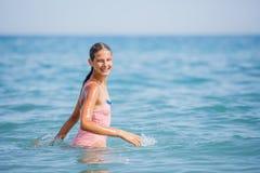 Muchacha en el traje de baño que se divierte en la playa tropical Fotos de archivo libres de regalías