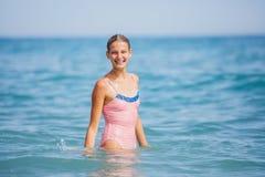 Muchacha en el traje de baño que se divierte en la playa tropical Imagenes de archivo