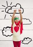 Muchacha en el traje del super héroe que se coloca con las manos aumentadas Fotos de archivo
