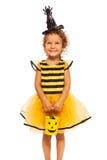 Muchacha en el traje pelado abeja de Halloween Imagen de archivo