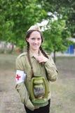 Muchacha en el uniforme de la enfermera soviética de épocas de la Segunda Guerra Mundial fotografía de archivo libre de regalías